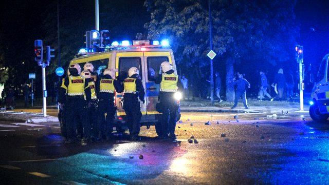 Kur'an-ı Kerim'in yakıldığı İsveç karıştı! Müslümanlar sokağa döküldü