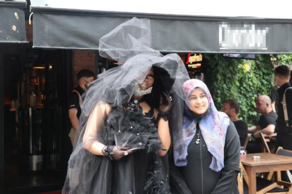 Makyajla Bülent Ersoy'a benzeyip, sokaklarda dolaştı