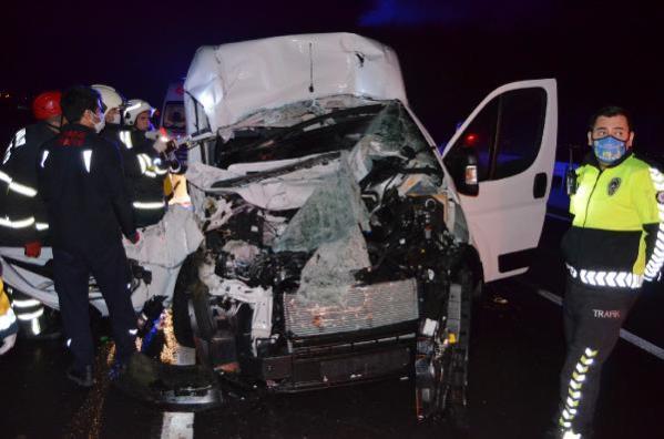 Minibüs, TIR'a arkadan çarptı: 1 ölü, 1 yaralı