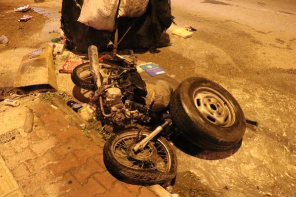 Motosikletine çarptıkları hurda kağıt taplayan yabancı uyruklu genci darbettiler