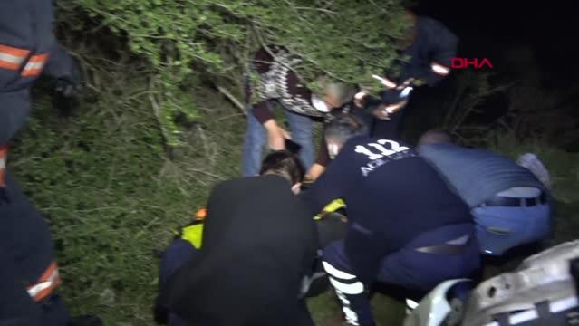 Otomobil 25 metrelik uçurumdan yuvarlandı 2 yaralı