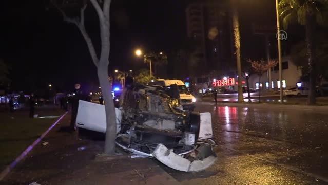 Otomobil kaldırımdaki ağaca çarptı: 4 yaralı