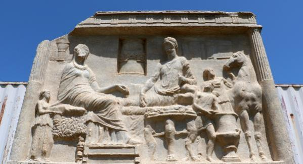 Parion Antik Kenti'nde 1900 yıllık mezar steli bulundu