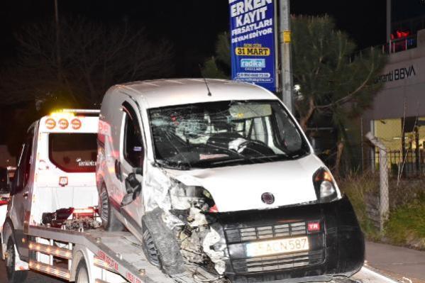 Park halindeki 2 araca çarpıp, kendi aracındaki 2 yaralıyı terk edip kaçtı: 3 yaralı