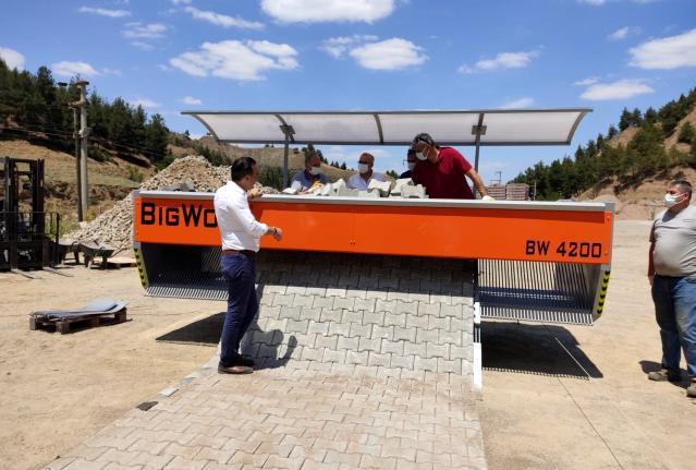 Salihli Belediyesi tam otomatik taş döşeme makinası aldı