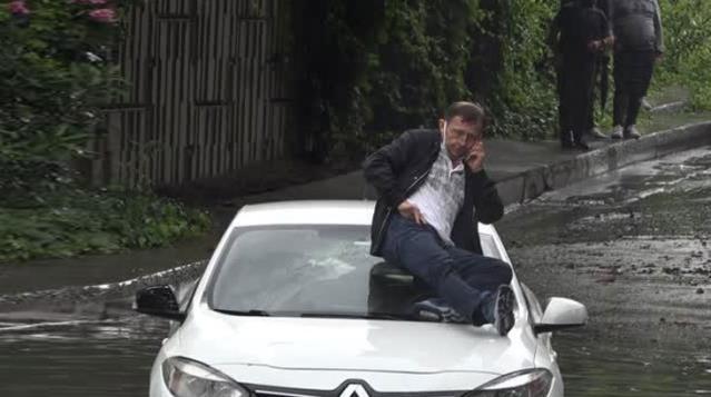Selde mahsur kalan vatandaş otomobilinin üstüne çıkıp kurtarılmayı bekledi! O anlar görüntülendi
