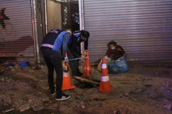 Açık bırakılan kanalizasyon çukuruna düşen kadını, itfaiye kurtardı