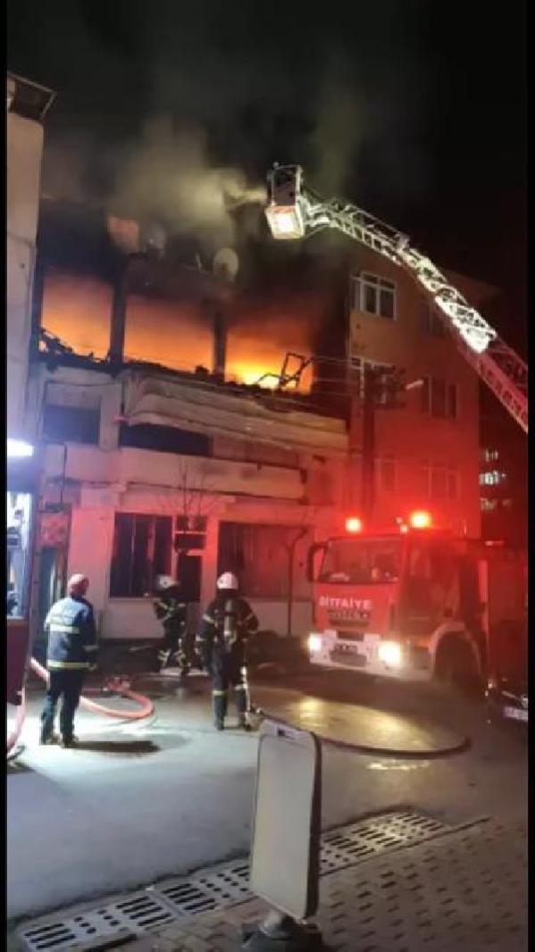 Son dakika gündem: Kıraathanenin deposunda çıkan yangın, binayı küle çevirdi