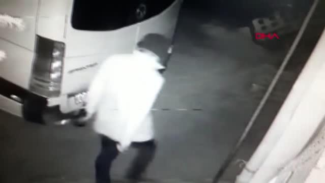 Son dakika haber! Elinde içki şişesi ve bıçak bulunan kişi, 2 aracın lastiğini kesti; o anlar kamerada