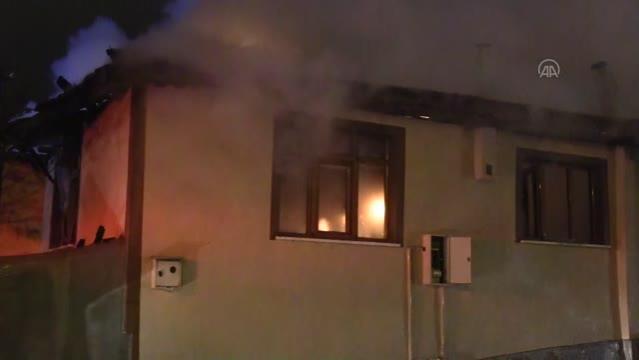 Son dakika haber: Kastamonu'da odunlukta çıkan ve 4 eve sıçrayan yangın kontrol altına alındı