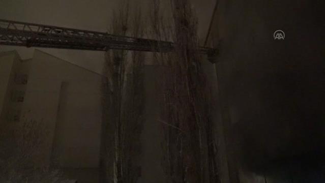 Son dakika haberi! 6 katlı binada çıkan yangında dumandan etkilenen 30 kişi hastaneye kaldırıldı (2)