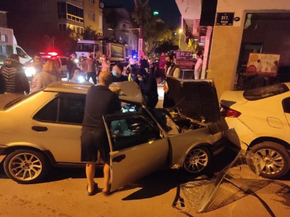Son dakika haberi! Polisten kaçan sürücü kaza yaptı; 3 kişinin yaralandığı kaza güvenlik kamerasında
