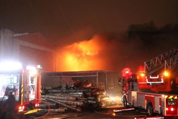 Son dakika haberleri... Sakarya'da atölyede çıkan yangın 4 dükkana sıçradı