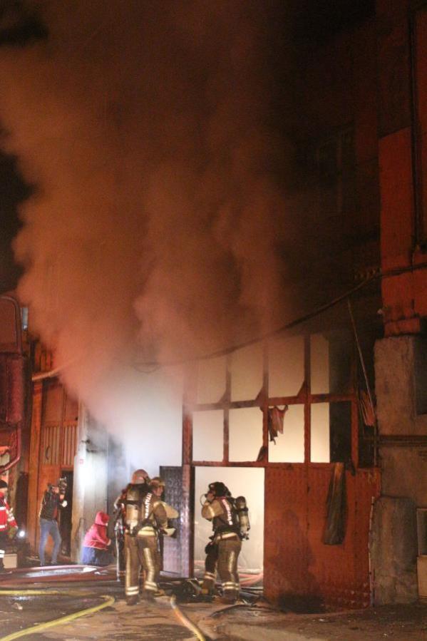 Son dakika... Sultangazi'de mobilya imalathanesinde çıkan yangında bir itfaiye eri dumandan etkilendi
