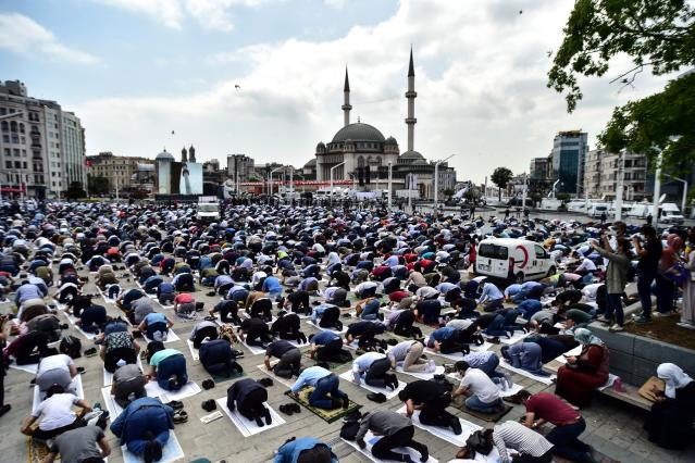 Taksim Camii'nde ilk namaz kılındı