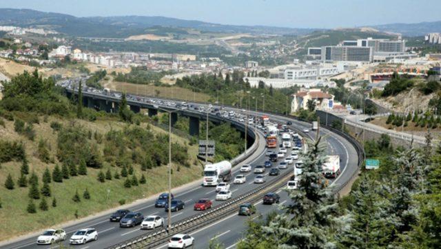 Tatilciler dönüş yoluna düşünce trafik durma noktasına geldi