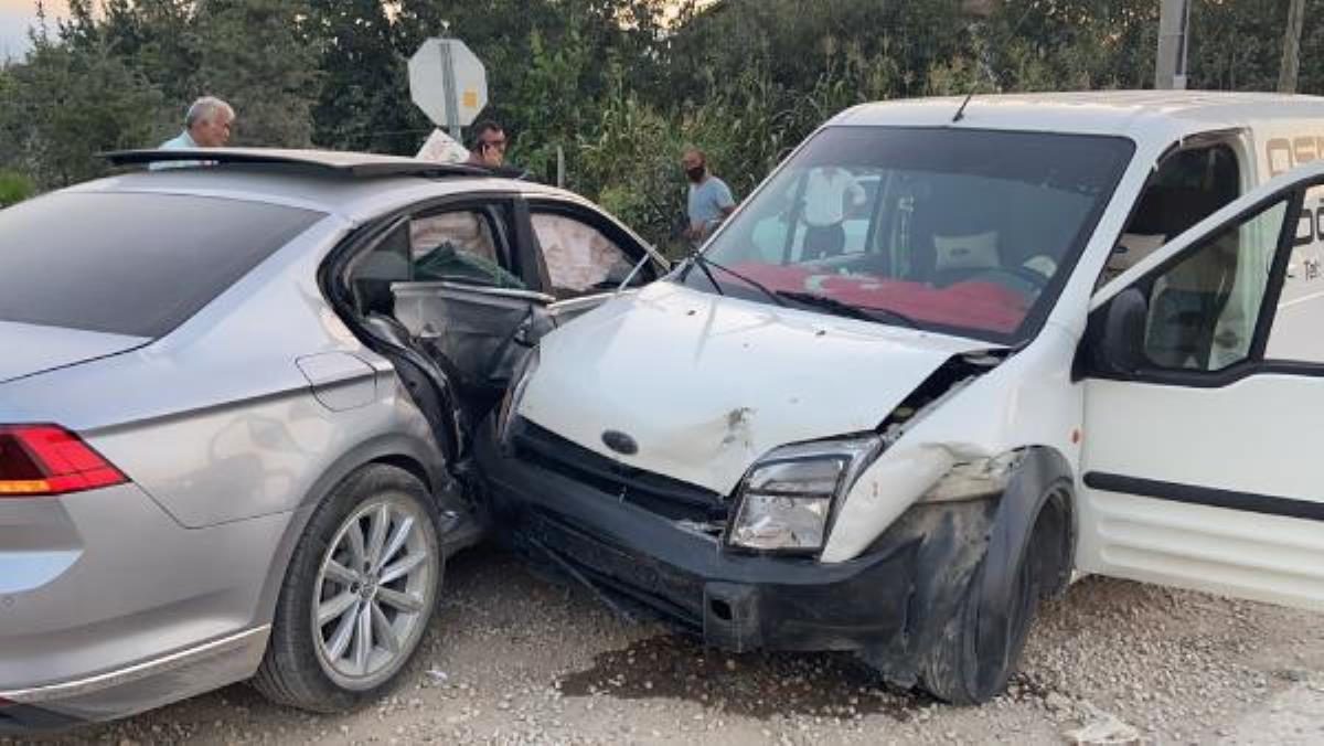 17 yaşındakiAlperen'in kullandığı araçlahafif ticari araççarpıştı: 4 yaralı