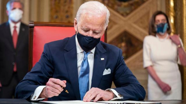 Biden, başkan olarak ilk belgelerini imzaladı