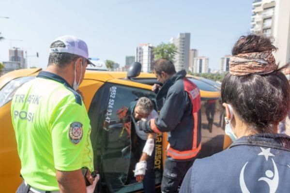 Devrilen taksinin şoförü ön cam kesilerek kurtarıldı