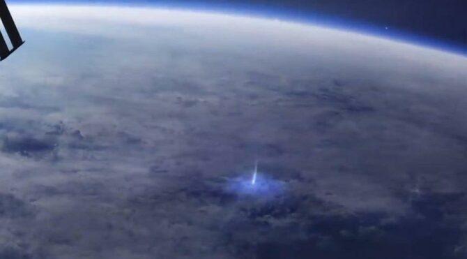 Dünya'dan uzaya yayılan mavi ışık huzmesinin canlandırma görüntüsü yayınlandı