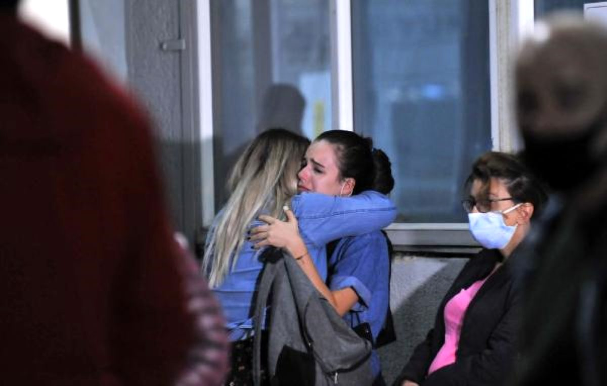 Enkaz altında kalanların yakınları hastaneye koştu; kimisi sinir krizi geçirdi, kimisi umutla bekledi