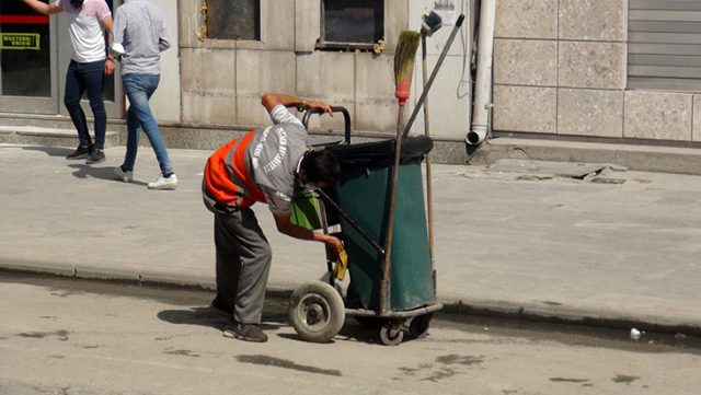 İşine olan sevgi ve saygısıyla takdir toplayan işçi bir maaş ikramiyeyle ödüllendirildi