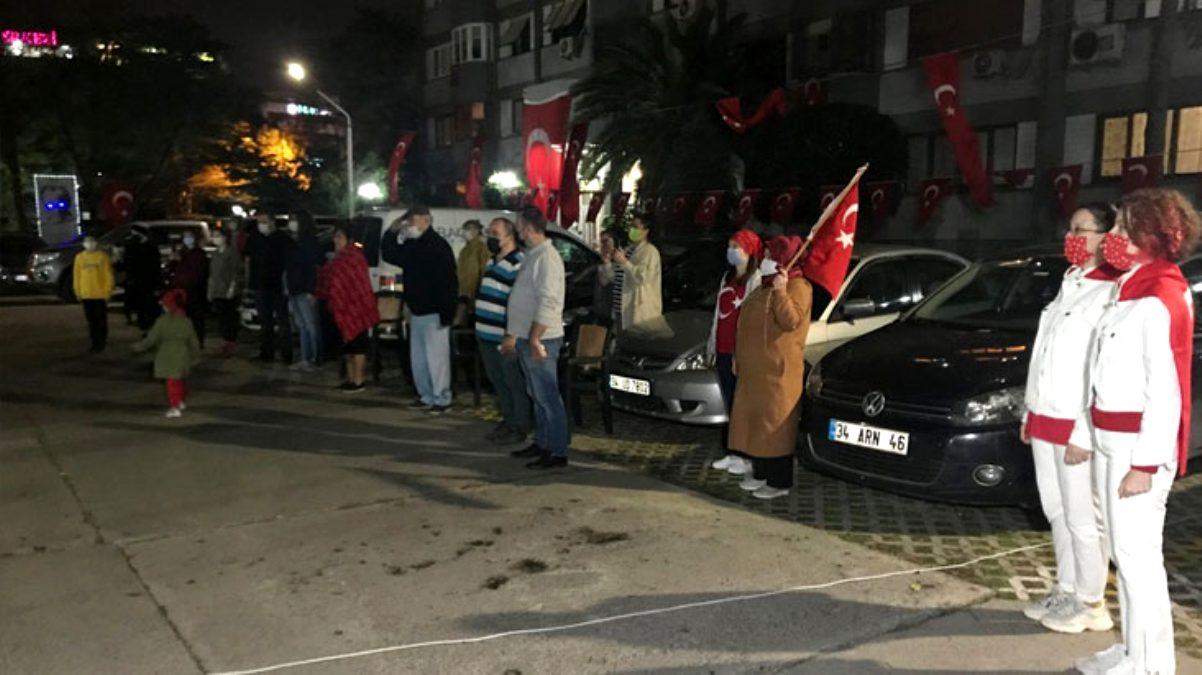 İstanbul'da vatandaşlar 19.23'te hep bir ağızdan İstiklal Marşı'nı okudu