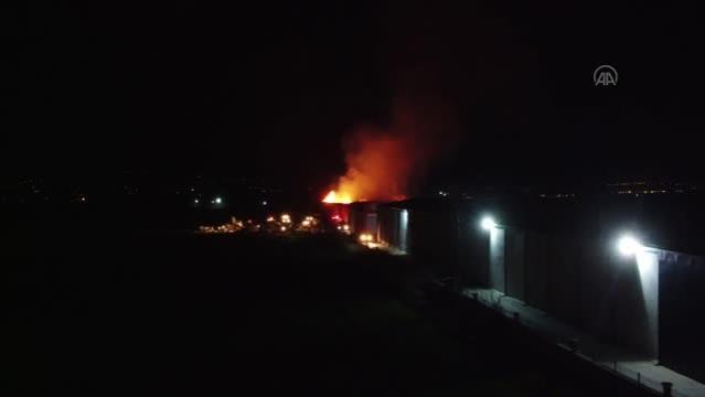 KAHRAMANMARAŞ - Tekstil fabrikasının deposunda çıkan yangın sürüyor