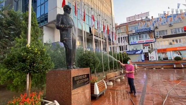 Maltepe Belediye Başkanı Ali Kılıç, Atatürk heykelini hortumla yıkadı