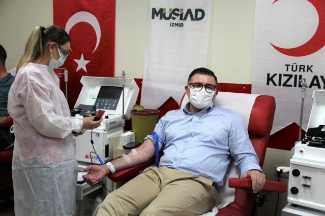 MÜSİAD İzmir'den Kızılay'a kan bağışı