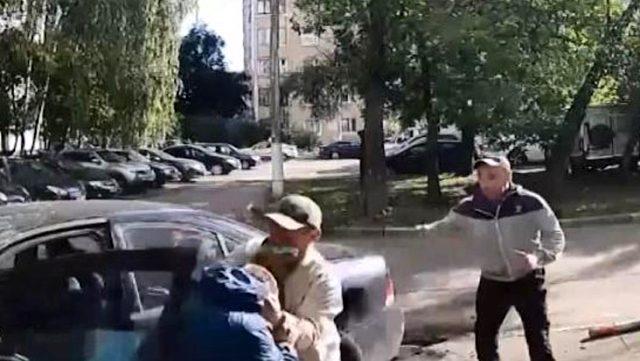 Otomobil hırsızlığı girişimi dayakla bitti! O anlar kameralara anbean yansıdı