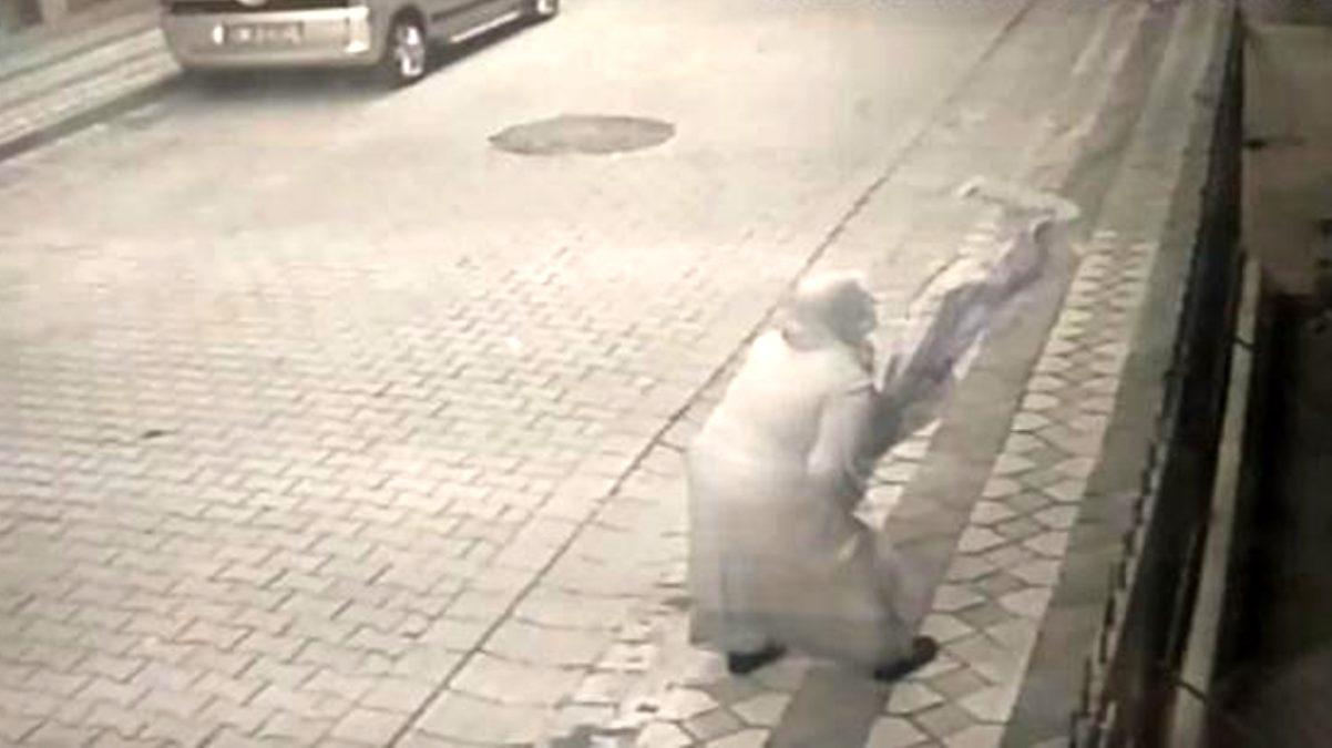 Şehit Esma Çevik'in babaevine asılan bayrağa saldıran kadın kameralara yakalandı