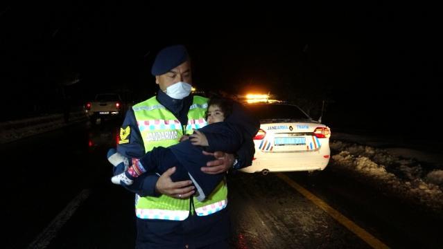 Son dakika haberi | Muş'ta tipide aracı arıza veren 5 kişilik ailenin yardımına Mehmetçik koştu
