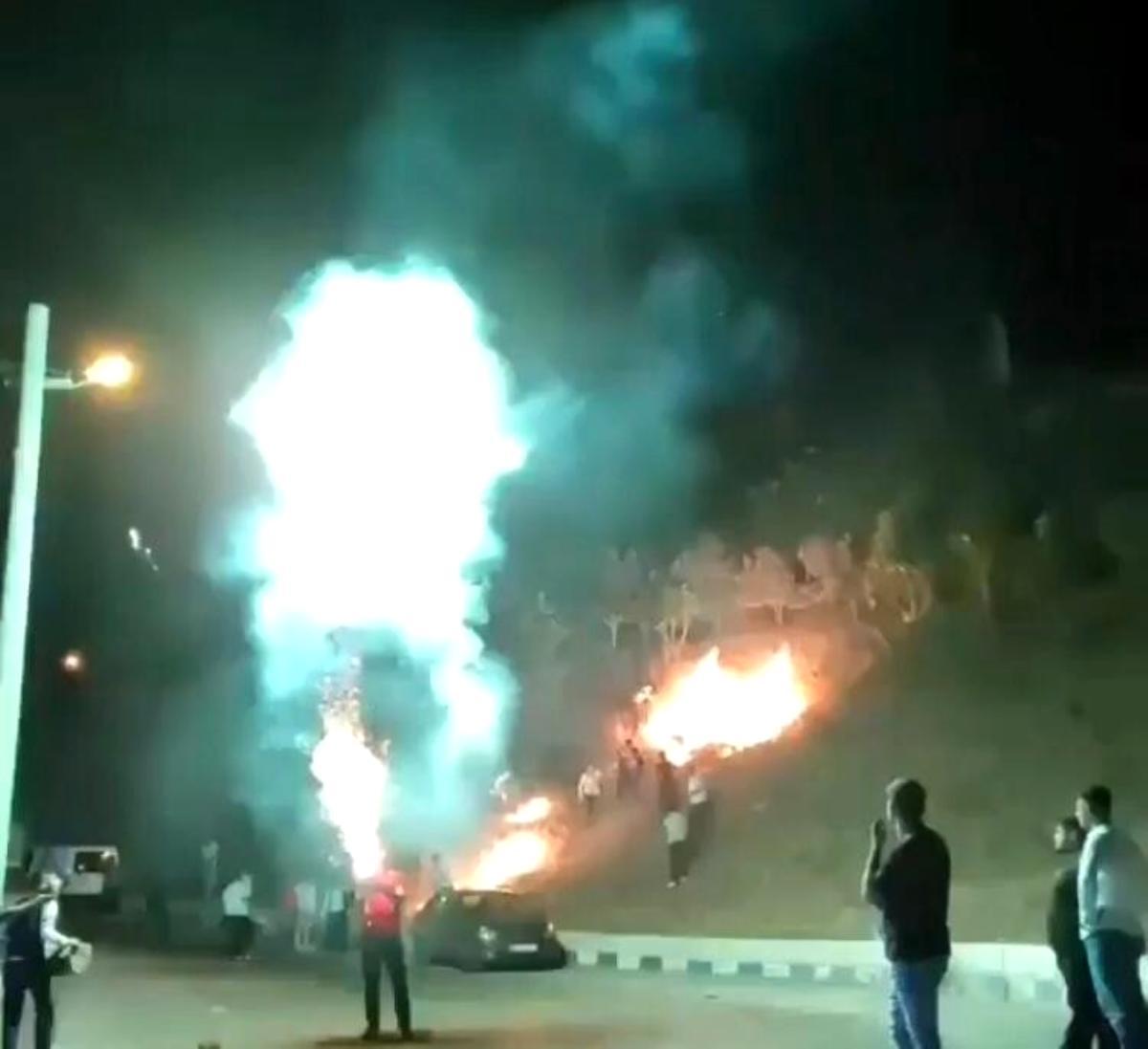 Son dakika haberleri: İzmir'de pes dedirten görüntüler: Havai fişek yangın çıkardı, o devam etti