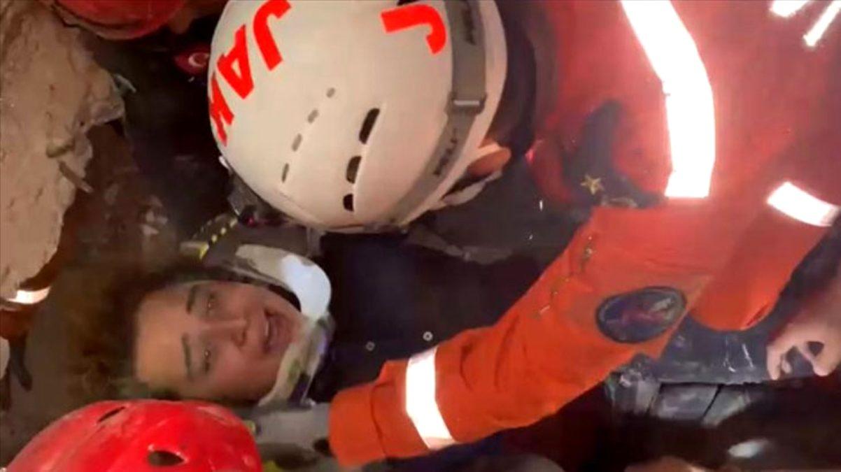 Son Dakika: İzmir'de kurtarma çalışmalarının simge ismi Buse, 9.5 saat sonra enkazdan kurtarıldı
