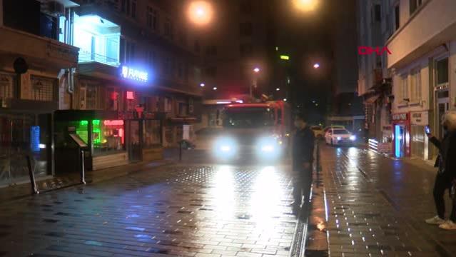 Taksim'de çıkan yangında turistler ne sosyal mesafeye uydu ne de maske taktı