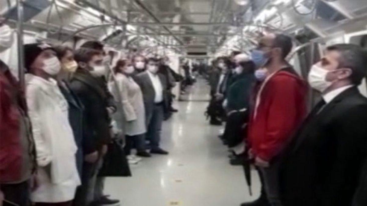 Yenikapı-Hacıosman metrosunda yolcular, saat 19.23'te ayağa kalkarak İstiklal Marşı'nı okudu
