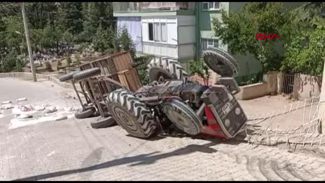 TRAKTÖR DEVRİLDİ 2 YARALI