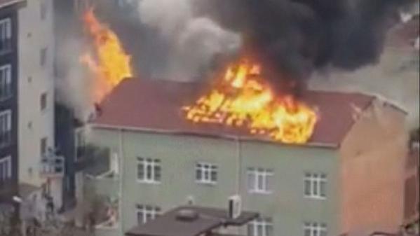Ümraniye'de bina çatısında alevler arasında kalan kişi böyle kurtarıldı
