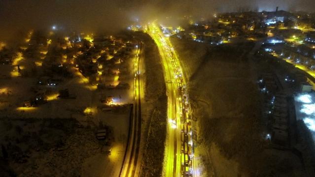 Yoğun kar yağışının kapattığı TEM, 1,5 saat sonra trafiğe açıldı