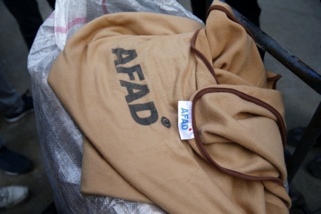 Yok böyle vicdansızlık! İzmir'de depremzedelere ait battaniyeleri satılığa çıkardılar