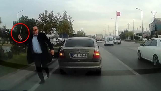 Yol isteyen sürücüye önce küfretti, ardından aracına zarar verdi! Dehşet anları kamerada