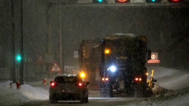Zonguldak'ta gece saatlerinde bastıran kar etkili oldu